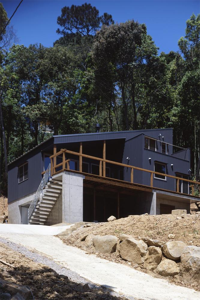 傾斜地に建つ家